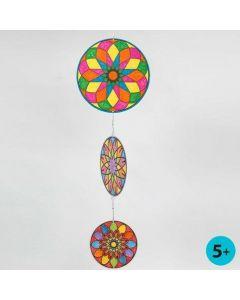 Mobile af runde kartonskiver med farvelagt mandala