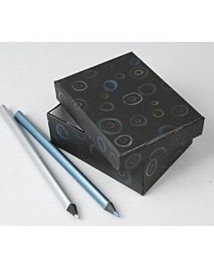 Æske med blyantgrafik på låget