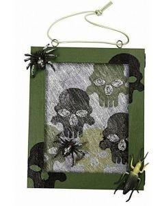 Indrammet billede af bordløber, der er stemplet med dødningehoveder som halloween pynt
