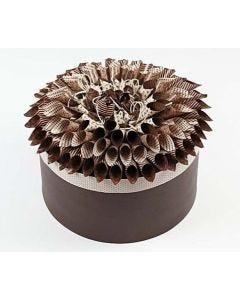 Æske dekoreret med pynt af origamipapir på låg