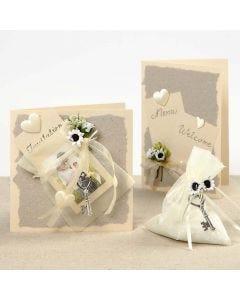 Bryllupskort med organzaposer, blomster og satinhjerter