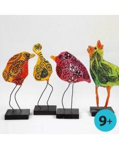 Fugle af bonzaitråd og gipsgaze dekoreret med glasmaling og glas- og porcelænstusch