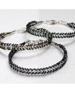 Armbånd i flet af forsølvet kæde og snøre af læder