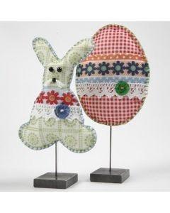 Påskehare og påskeæg af mønstret filt dekoreret med filt, blonde, knapper og perler