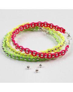 Sølvperler og neonfarvet knyttesnor på smykkewire