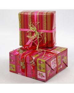 Gaveindpakning i designpapir med julenisser og striber fra Vivi Gade