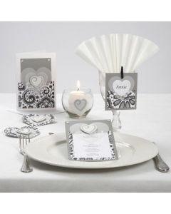 Invitation, bordkort og bordpynt i gråtone design med vellumhjerter, træstickers og rhinsten