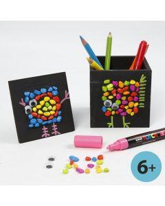 Sortmalet blyantsholder og collageramme med mosaik og grafik