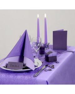 Inspiration til fest med lilla borddækning, bordkort og bordpynt