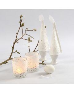 Hullet stråsilkepapir som skørt på lysglas og som æggevarmere