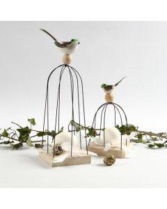 Fugl på fuglebur af trådstænger på træikon