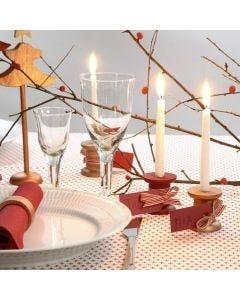 Bordkort af manillamærke bundet på træspole isat levende lys