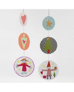 Uro af papskiver dekoreret med julemotiver
