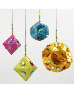 Ophæng af prismer og kugler af papir dekoreret med rhinsten og glittermaling
