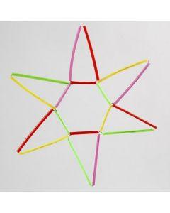 Stjerne af kulørte konstruktionsrør på vindseltråd