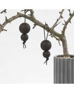 Sort tavlemaling på træperler i lædersnøre