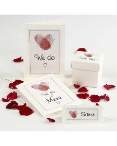 Bryllupsinvitation, bordkort og bordpynt i hvid med hjerte af fingeraftryk