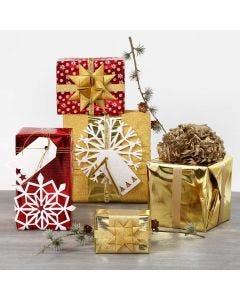 Julegaveindpakning med metallisk gavepapir og glitrende pynt