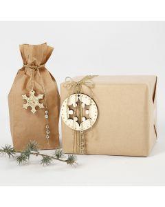 Julegaveindpakning dekoreret med diverse pynt i guld