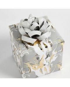 Julegaveindpakning pyntet med roset af stjernestrimler
