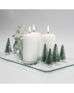 Juledekoration med rensdyr, træer og sne på glasfad