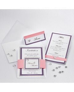 Bryllupsinvitation, bordkort og menukort dekoreret med sølv, lilla og rosa karton og strukturpapir