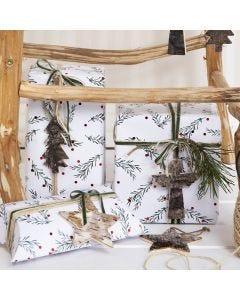 Julegaveindpakning med grangren-motiv pyntet med snor, bånd og gavemærke i naturbark