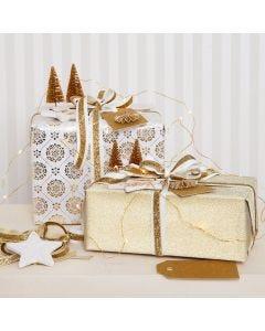 Julegaveindpakning i guld pyntet med glitterpynt