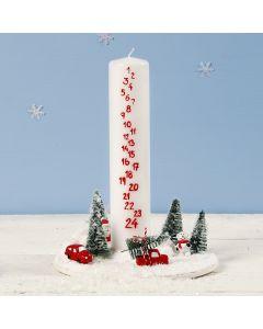 Juledekoration med kalenderlys omgivet af mini julelandskab