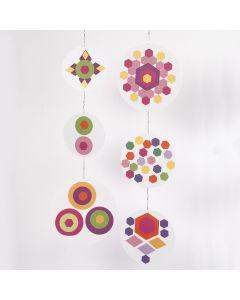 Uro af pap dekoreret med udstanset papir i geometriske mønstre