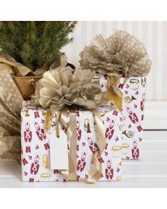 Julegaveindpakning med nøddeknækker motiv og pompon af silkepapir