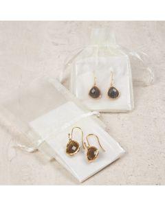 Øreringe med sten som smykkevedhæng indpakket i organzapose