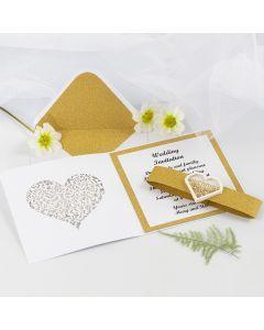 Bryllupsinvitation med glitrende guld designpapir og hjerte shaker sticker