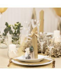 Borddækning og bordpynt i guld med papirblomster, balloner, serviet foldet som tårn og bordkort