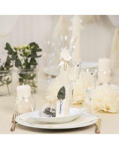 Borddækning og bordpynt i råhvid med papirblomster, balloner, serviet foldet som tårn og bordkort