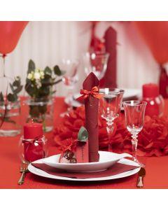 Borddækning og bordpynt i rød med papirblomster, balloner, serviet foldet som tårn og bordkort