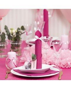 Borddækning og bordpynt i lyserød med papirblomster, balloner, serviet foldet som tårn og bordkort