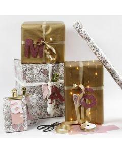 Gaveindpakning i rosa og guld med designpapir bogstaver