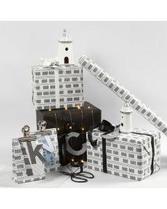 Gaveindpakning i sort og hvid med fyrtårn og lyskæder