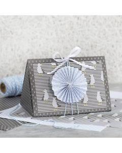 Mørkegrå gaveæske pyntet med blå roset og designpapir