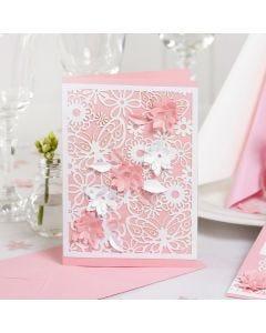 Invitation med blondekarton og udstansede blomster med 3D effekt