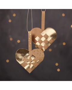 Flettede julehjerter af læderpapir i natur og guld farver