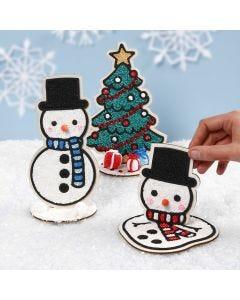 Snemænd og juletræ dekorationsfigurer i træ pyntet med Foam Clay