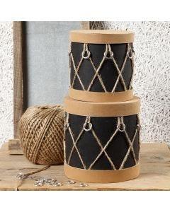 Papæsker dekoreret som trommer med læderpapir, ringe og natursnor