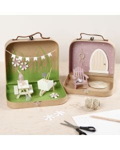 Små kufferter omdannet til et have-univers med maling, mini møbler og tilbehør