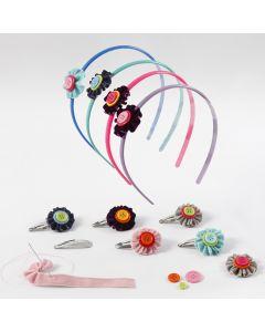 Hårpynt med blomster af velourbånd og knapper
