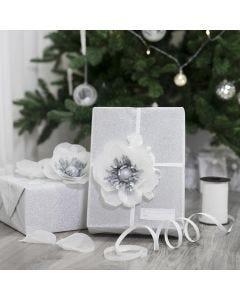 Gaveindpakning pyntet med blomst af silkepapir