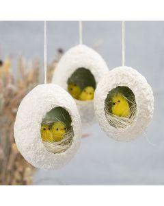 Påskeæg af pulp med hul pyntet med kyllinger i rede