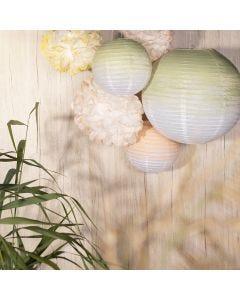 Festpynt af rispapirlamper og papirpomponer malet med hobbymaling