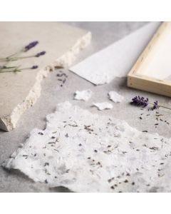 Sådan laver du håndlavet papir med karton og tørret lavendel